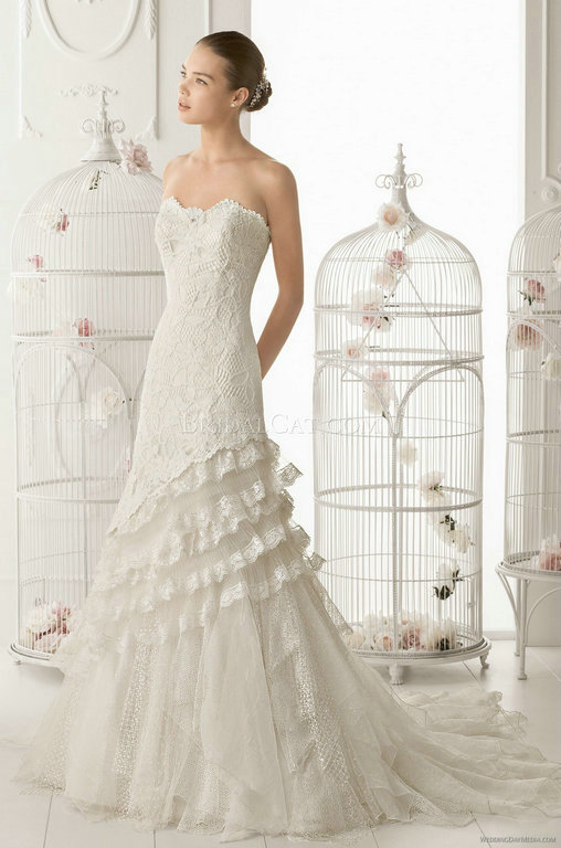 Aire-Barcelona : ,The fitted bodice features a sweetheart neckline and rich embellishment throug ...