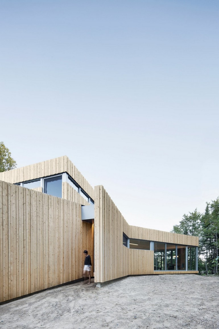 Low Rise House with a Sinuous Shape Guided by the Surrounding Nature