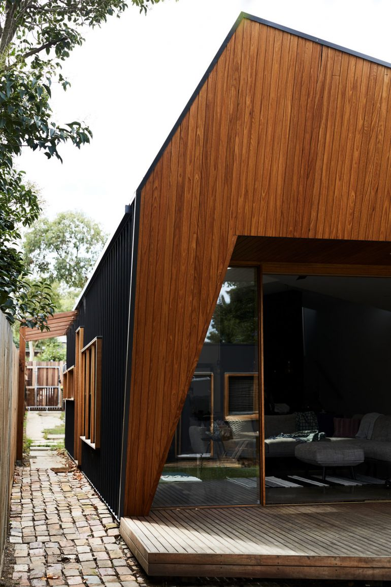 Split End House's Cranking and Splitting Roof Lets Light In