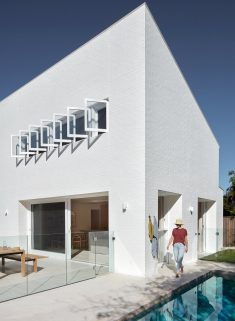 House Burch – Cool White with Curves / Those Architects