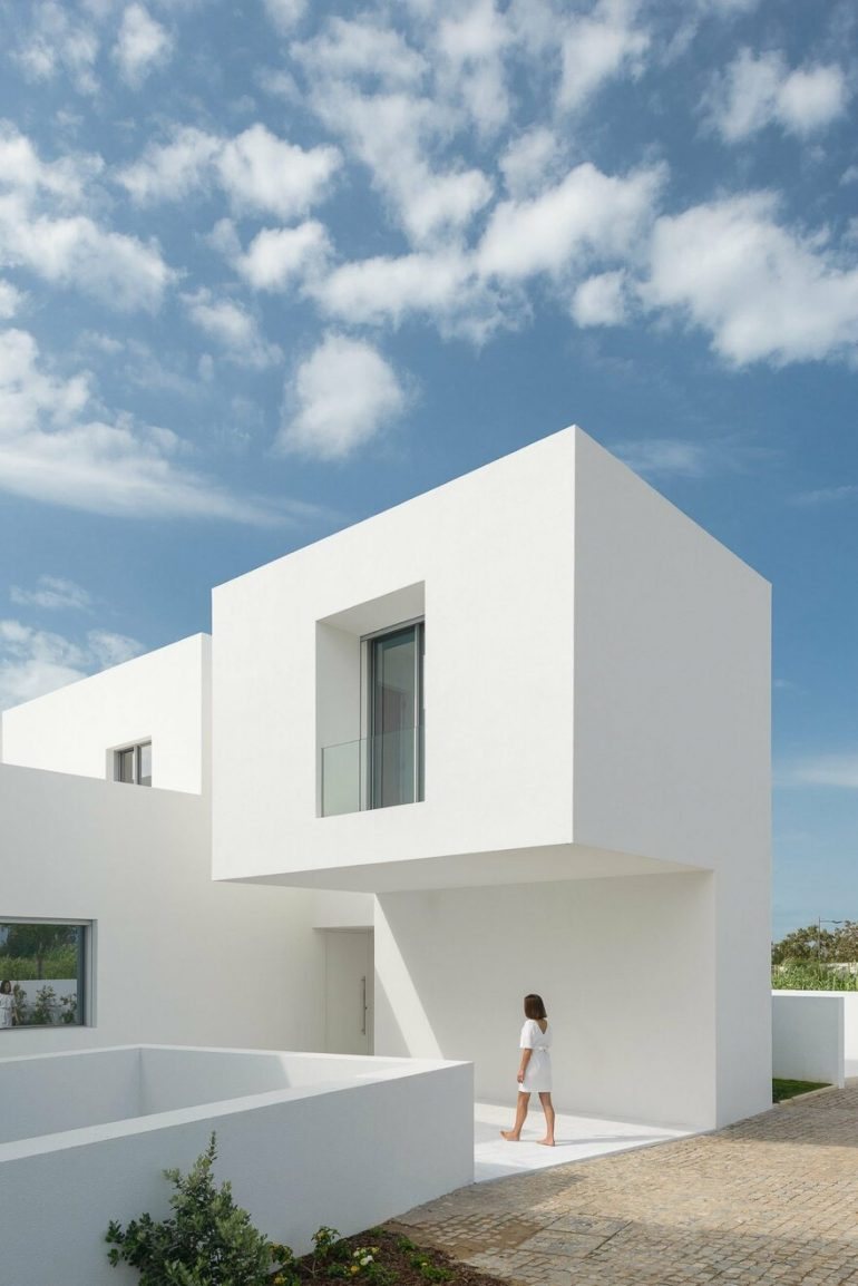 Single House Between Two White Walls / Corpo Atelier