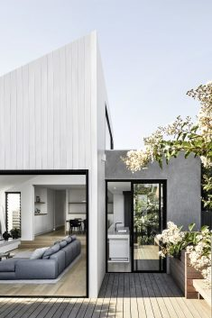 Cottage-Fronted Family Home / Tom Robertson Architects