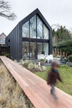 Guipavas Black Barn / Trace & Associates & Garden Pencils