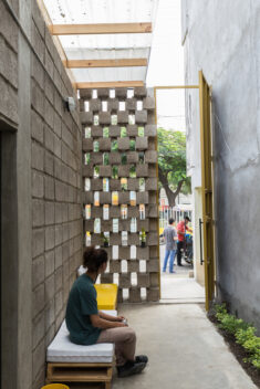 House Between Blocks / Natura Futura Arquitectura