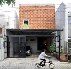 Trapezioma House / Andyrahman Architect