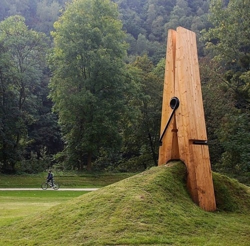 This giant clothespin sculpture by Turkish artist Mehmet Ali Uysal – Park Chaudfontaine in ...
