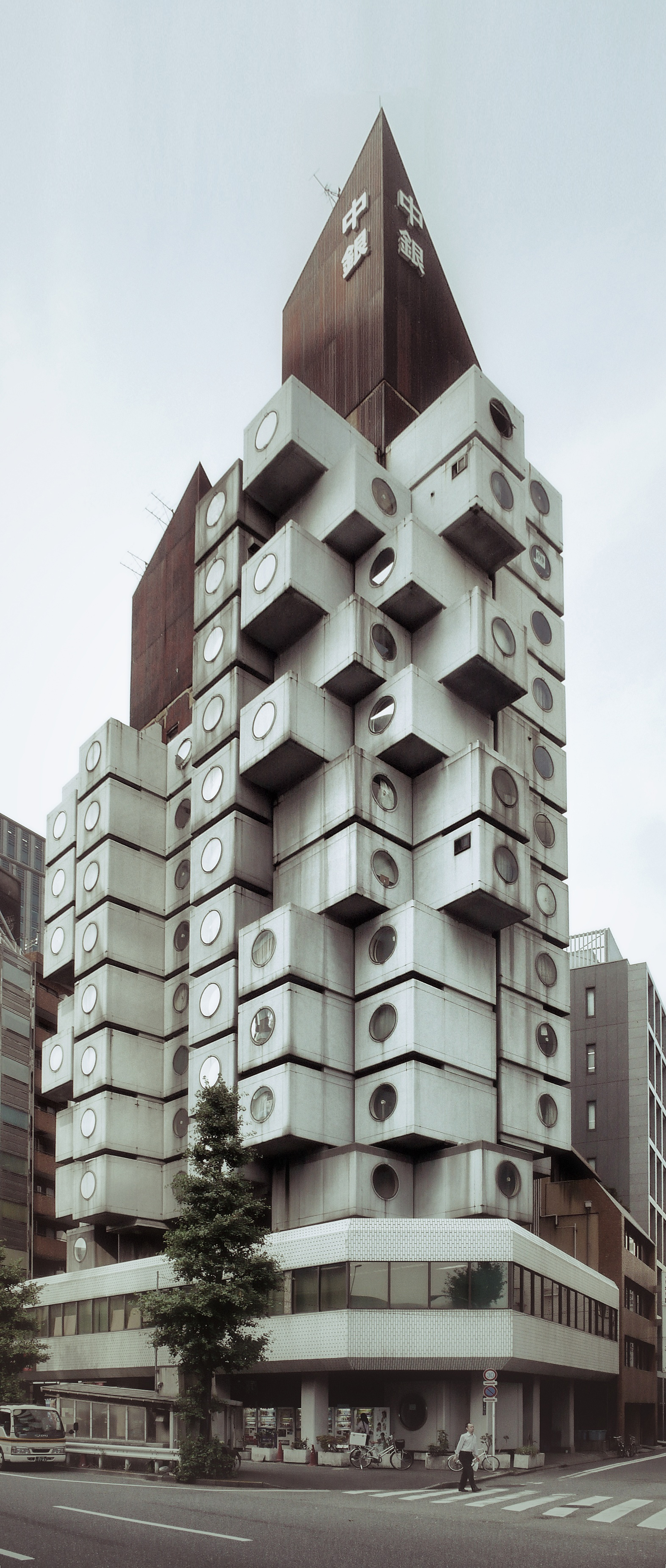 Tokyo nakagin capsule tower on inspirationde for Architecture tokyo