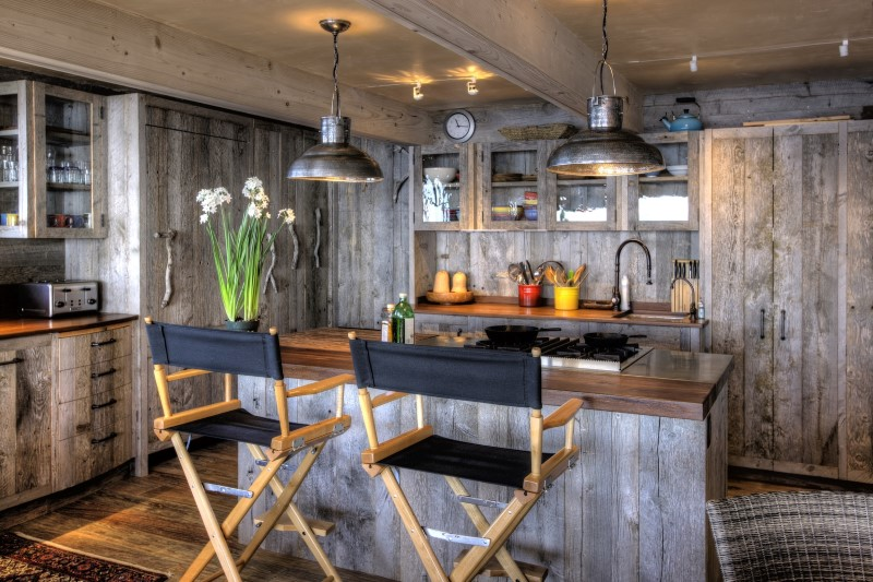 "50's beach shack remodeled with ""live"" material"