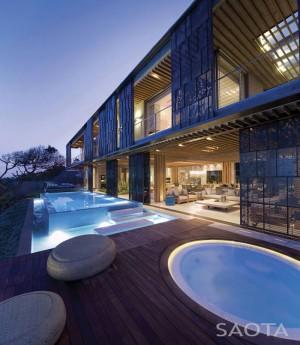 Cozy Seaside Retreat by Antoni Associates – InteriorZine