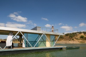 Floating House – a Mobile House in the Middle of a Lake