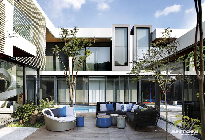 U-Shaped Modern Family Home by SAOTA – InteriorZine