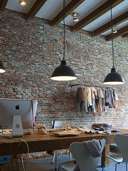 Industrial study – This workspace is adorned the brick wall