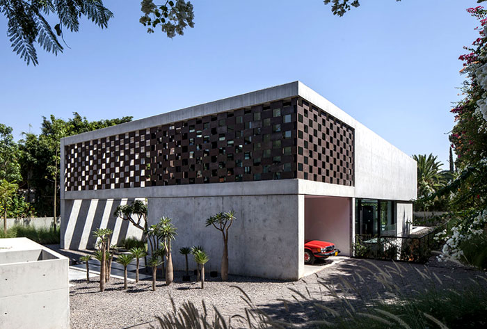 Corten House Celebrating the Sun and Provoking a Play of Shadows – InteriorZine