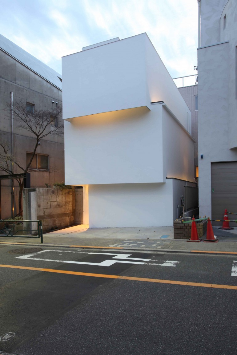 OBI-House is a minimalist house located in Tokyo, Japan, designed by Tetsushi Tominaga.