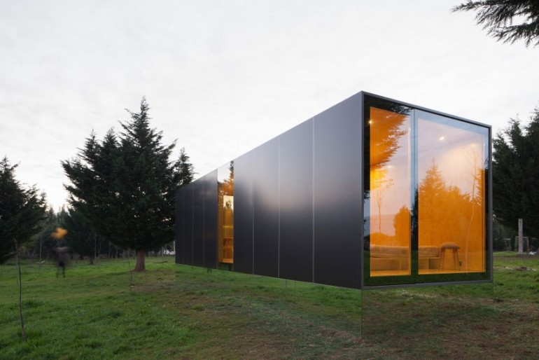 Mima designs a sleek portable home on inspirationde for Portable home designs