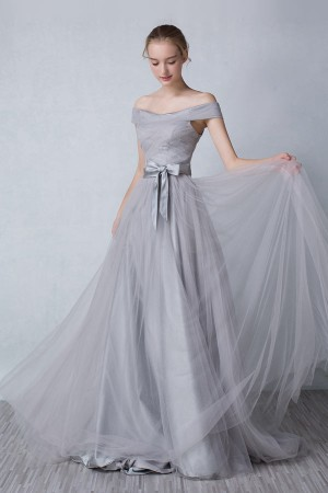 Robe de soiree longue grise avec epaule denudee ornee d'un nœud papillon