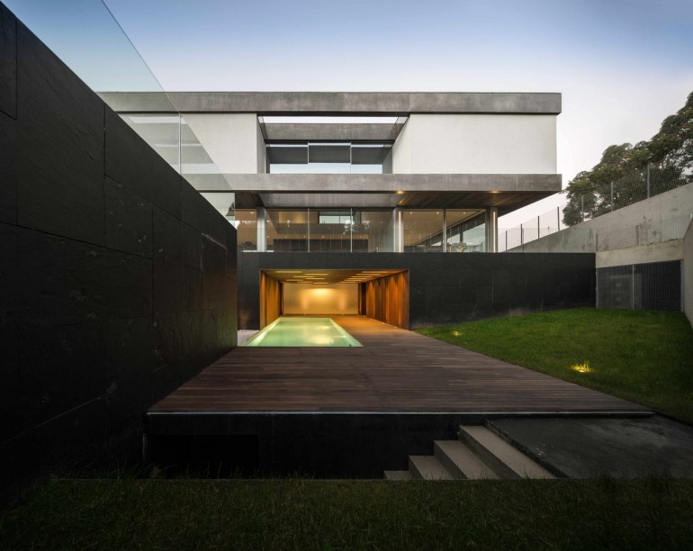 A Layered House that Appears to Defy Gravity