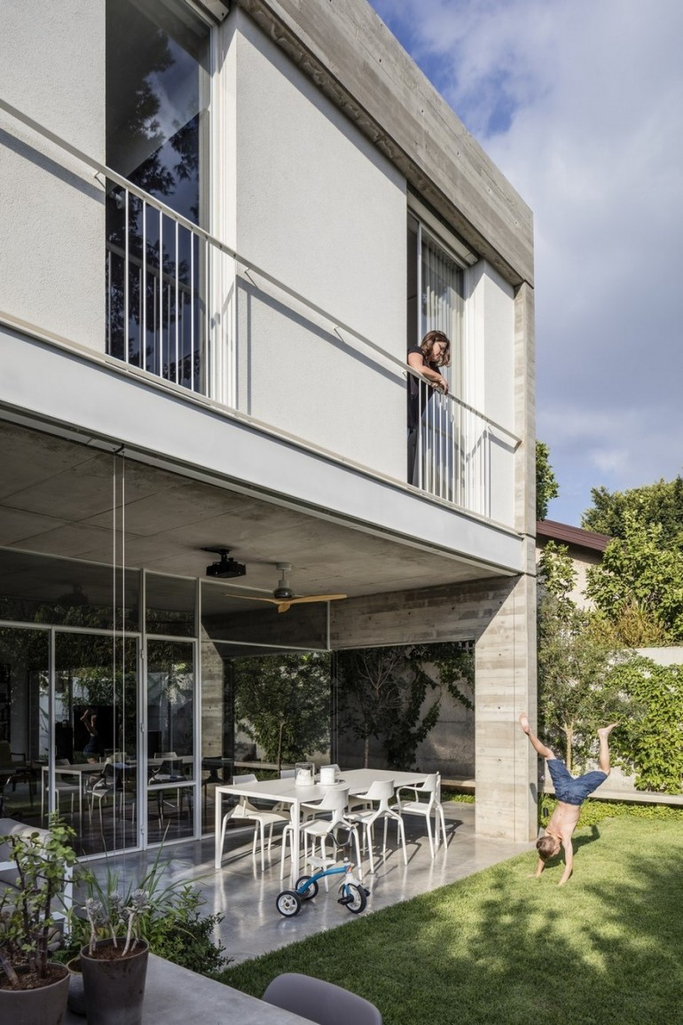 Suspended Patio House by 3322 Studio / Tel Aviv