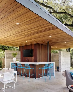 Lakemoore Residence: Updating a Traditional Farmhouse Frame in Austin, Texas