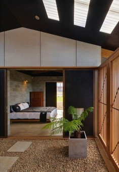 Sunset Retreat Overlooking Inyadda Beach / Peter Stutchbury Architecture