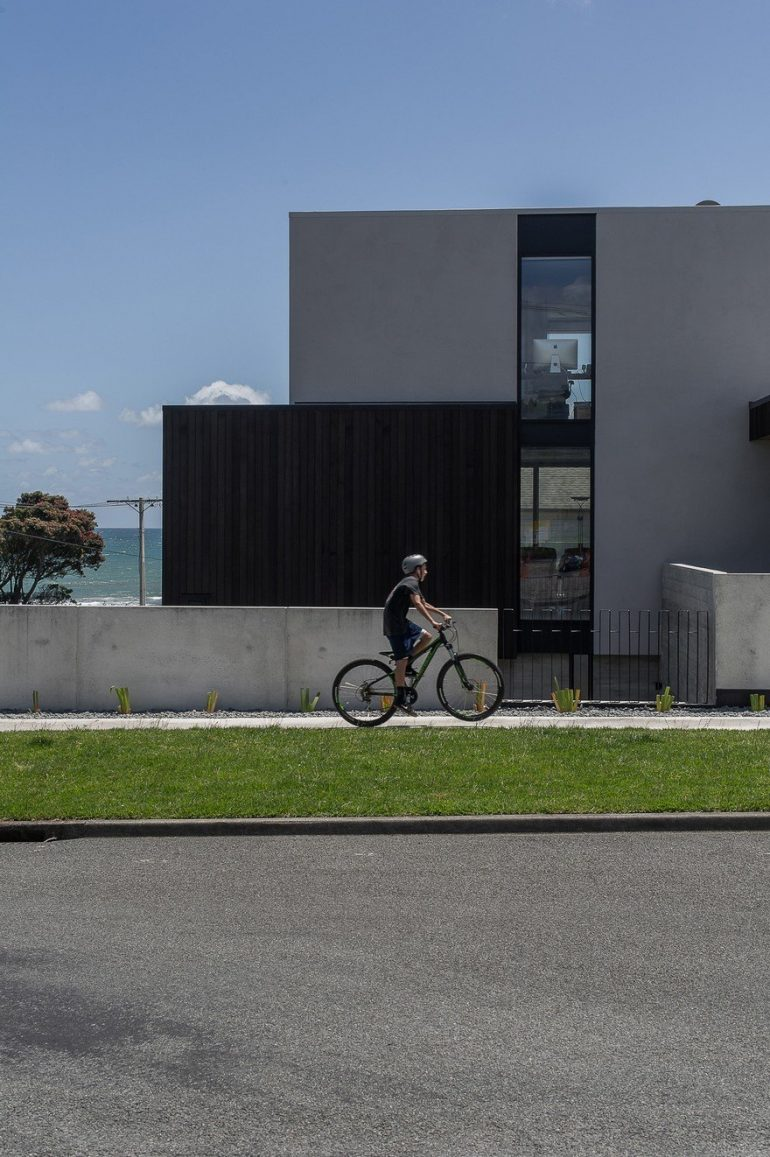 Minimalist Beachside House Featuring a Contemporary Clean Line Aesthetic