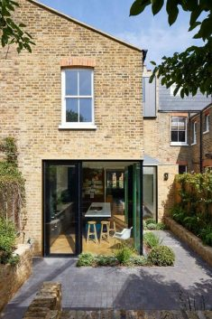 Long House: Remodeling of an Introverted Victorian Terraced House